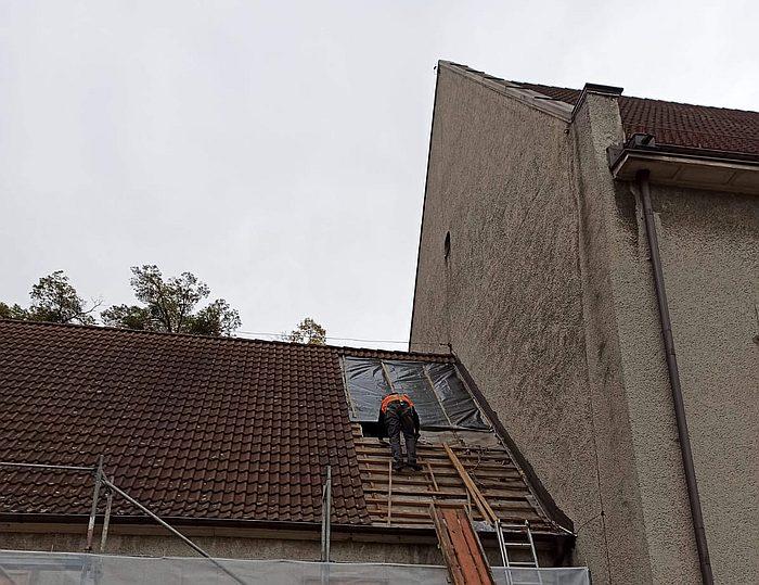 Remont więźby dachu prezbiterium rozpoczęty 2020-10